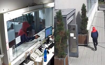 VIDEO: Ozbrojená loupež v hotelu v Praze. Zloděj na ženu mířil zbraní, odnesl si několik tisíc korun.