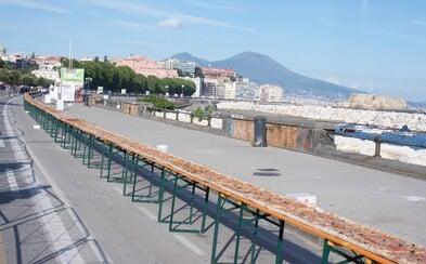2 kilometry, 5 pecí a přes 200 kuchařů. Nejdelší pizza na světě pochází z Neapole a nasytila by pořádné množství lidí