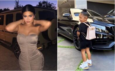 Dvouletá dcera Kylie Jenner nosí do školky Hermès aktovku za 12 000 dolarů. Fanoušci ji za to kritizují