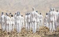 200 nahých lidí pózovalo nedaleko Mrtvého moře. Umělec chtěl poukázat na ekologický problém