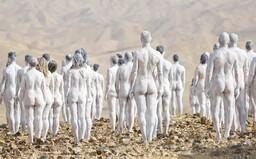 200 nahých ľudí pózovalo neďaleko Mŕtveho mora. Umelec chcel poukázať na ekologický problém