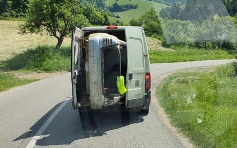 Slovák prevážal auto v dodávke: niekto ho odfotil a poslal policajtom, teraz mu ľudia nadávajú, že je bonzák.