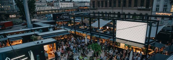 Pražský Manifesto Market slaví první měsíc! Zanedbávanou plochu v centru proměnil v oblíbený festival jídla, kde zaplatíš jen kartou