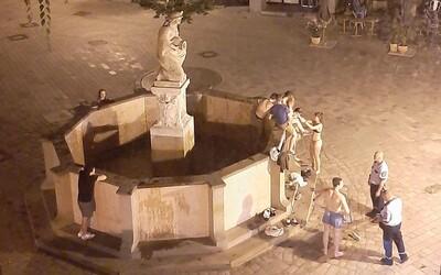 Partia mladíkov sa v noci kúpala v bratislavskej historickej fontáne. Vyskákali z nej až po príchode hliadky.