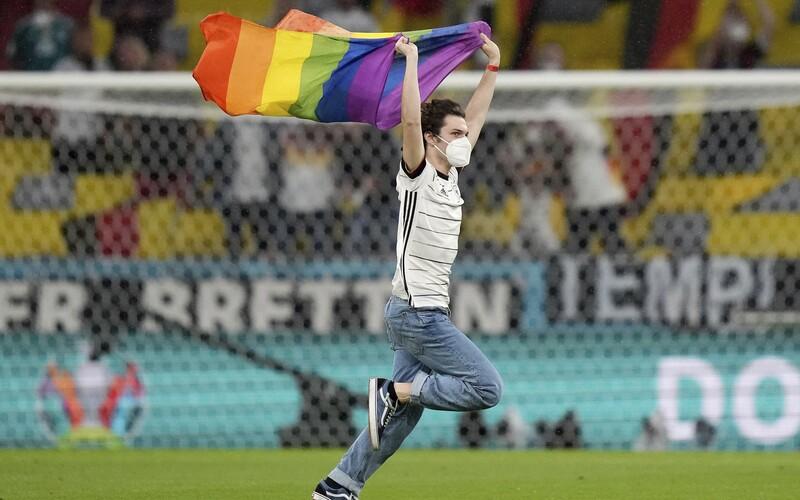 Počas maďarskej hymny vbehol na štadión protestujúci s dúhovou vlajkou. Išlo o protest proti zákonu diskriminujúcemu LGBT+.