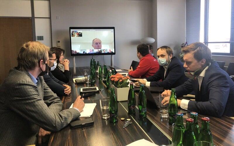 Politici z ČSSD musí zaplatit pokutu 10 000 korun. Na konferenci si nevzal roušku ministr Jan Hamáček ani ministryně Maláčová.
