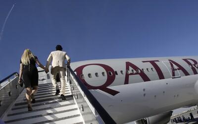 Vystúpte z lietadla a vyzlečte sa. Ženy na palube Qatar Airways zažili potupnú lekársku prehliadku.