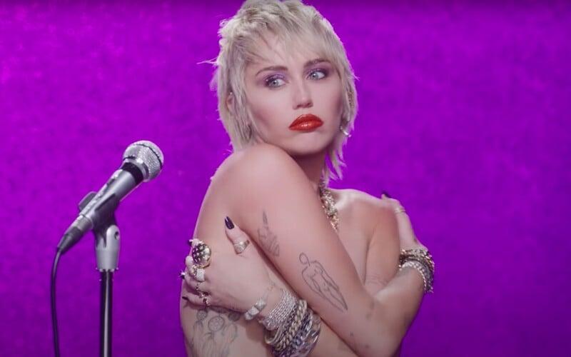 Miley Cyrus v novince vzpomíná na svůj rozchod s Liamem Hemsworthem a na líbání s přítelkyní Kaitlynn Carter.