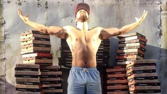 222 dní v rade jedol pizzu a stal sa svalnatejším, silnejším a s menším podielom tuku