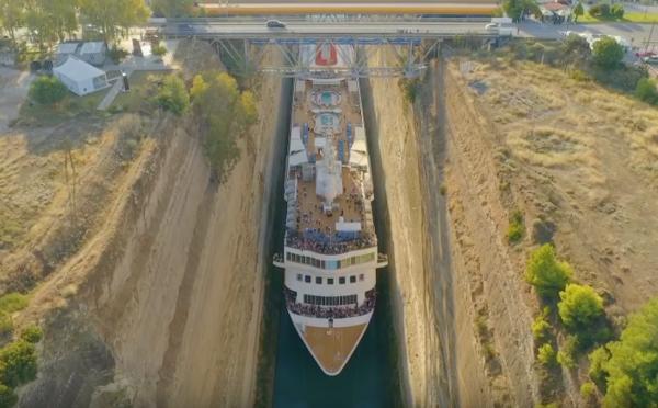 22,5 metrov široká loď natesno preplávala Korintský prieplav. Rozdiel na šírku tvorilo len 2,5 metra