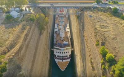 22,5 metru široká loď natěsno proplula Korintským průplavem. Rozdíl na šířku tvořilo jen 2,5 metru
