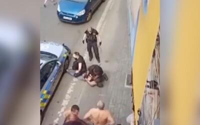 Žádný český Floyd, píše Policie ČR a zveřejňuje nové video zachycující chování zesnulého mladíka z Teplic.