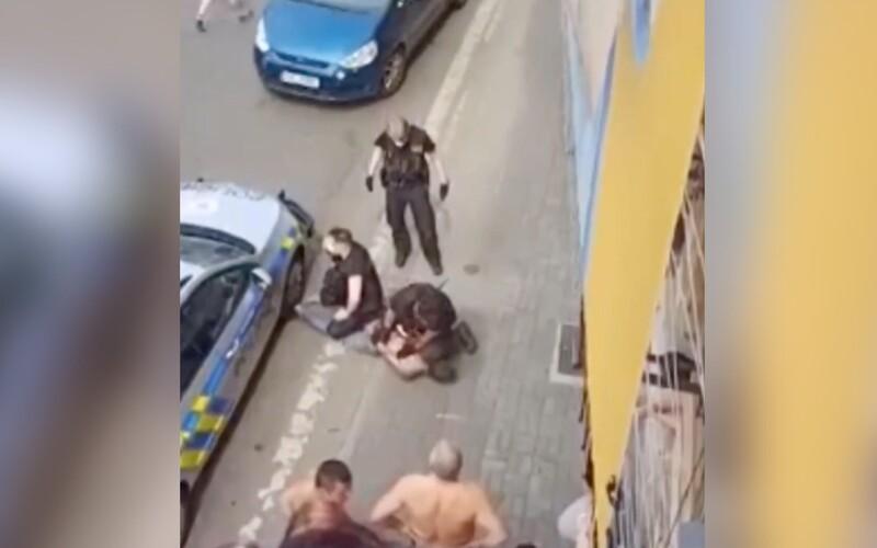 VIDEO: Policista v Teplicích několik minut klečel na krku mladého Roma. Ten následně zemřel.