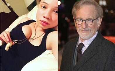 23-ročná dcéra Stevena Spielberga sa chce stať pornoherečkou. Otec ju v tom vraj podporuje