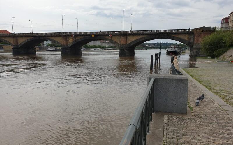 V Česku o víkendu hrozí povodně, meteorologové varují před dalším stoupáním hladin řek.