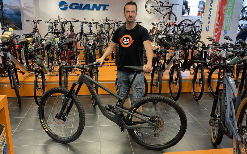 Peter Nemčičuž 20 rokov predáva bicykle. Pre REFRESHER porozprával, či sa Slováci počas koronakrízy vrhli na bicyklovanie výraznejšie, ako po iné roky.Spýtali sme sa ho aj to, koľko peňazí by si si mal pripraviť na solídny bicykel a na čo nezabudnúť, aby ti tvoj stroj vydržal čo najdlhšie. Možno budeš prekvapený, koľko pozornosti potrebuje.