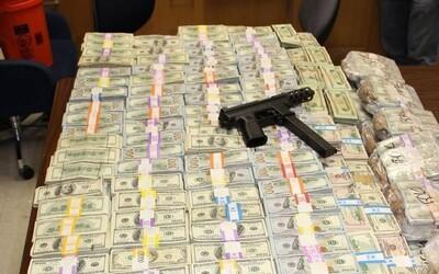 24 milionů dolarů v hotovosti ukrytých v domě dvou sourozenců. Miamské policii se vydařil největší protidrogový zátah