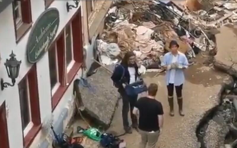 VIDEO: Německá reportérka se před živým vstupem v záplavové oblasti zašpinila blátem, aby působila autentičtěji. Propustili ji.