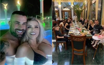 Vémola si užíva kúpele s deviatimi členmi rodiny po zrušenej dovolenke v Dubaji. Vraj majú všetci potvrdenie od lekára.