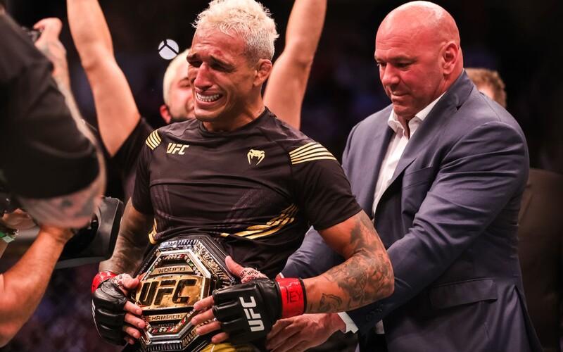 UFC má po Nurmagomedovi nového šampiona lehké váhy. Conor McGregor jej už popichuje.