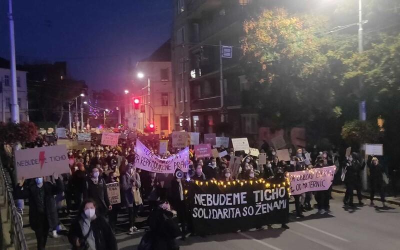 """""""Za odluku cirkvi od materníc."""" V Bratislave sa koná protest proti sprísneniu interrupcií."""