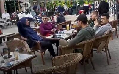 Zo Srbska sa šíria videá, na ktorých ľudia hodujú bez rúšok na terasách. Je tam situácia taká ideálna, ako by si človek myslel?