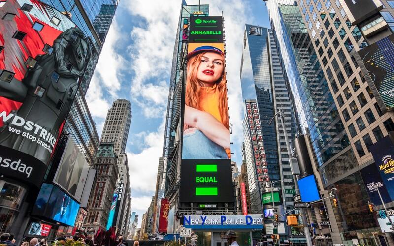 Česká zpěvačka se objevila na Times Square. Nadějná Annabelle je tváří kampaně služby Spotify.