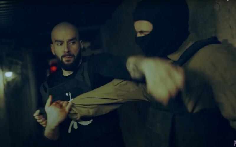Bitman je komixový hrdina ako Punisher, v klipe zbil každého, kto mu prišiel do cesty. Sleduj jeho bojové a rapové umenie.