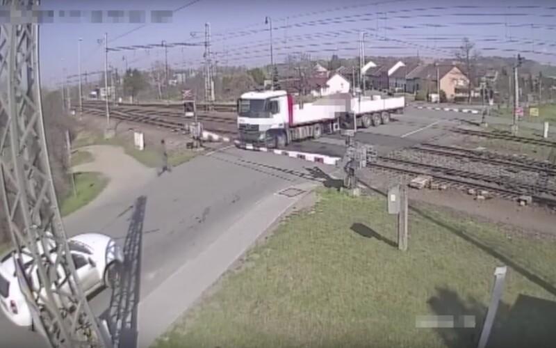 Řidič kamionu vjel na Zlínsku na železniční přejezd, obklíčily ho závory. Vlak stihl jen stěží zastavit.