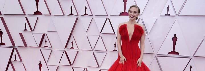 To nejlepší z letošních Oscarů: převládala bílá a červená, hluboké výstřihy a netradiční pánské obleky