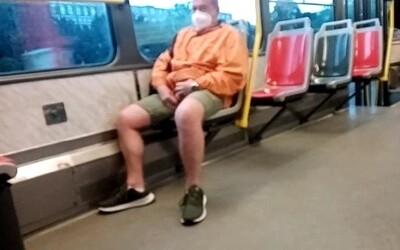Muž v pražské tramvaji onanoval před nezletilou dívkou. Ta ho natočila na video.