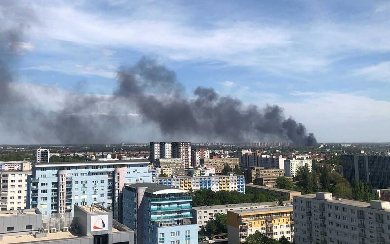 FOTO a VIDEO: V Bratislavě vypukl obrovský požár, v plamenech je celá budova.