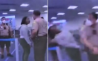 Američanka křičela na policistu, ten ji udeřil do obličeje. Video ukazuje jejich tvrdou konfrontaci.