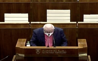 VIDEO: Čiarka, bodka, úvodzovka, zátvorka. Poslanec OĽaNO zabáva Slovákov, v parlamente čítal z papiera aj interpunkčné znamienka.