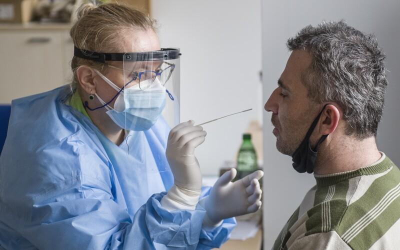 Pandemie koronaviru sílí a nakažených přibývá. V úterý testy odhalily 553 nových případů nákazy.