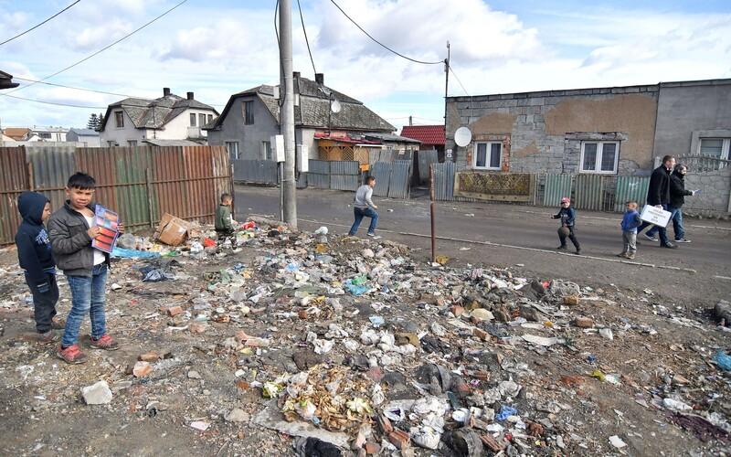 Celá rómska osada Háj v Gelnici je v karanténe, strážia ju policjati. Matovič o tom nevedel.