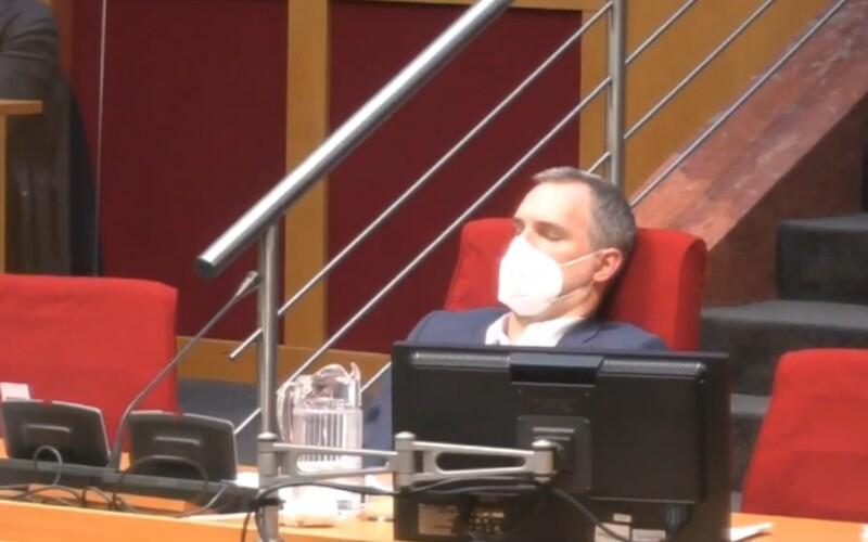 VIDEO: Pražský primátor zaspal na zasadaní zastupiteľstva. Zábery bavia internet.