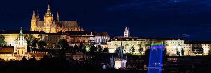 Na Pražském hradě se v noci objevila duhová vlajka. Jde o reakci na Zemanovy transfobní výroky