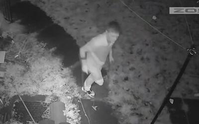 VIDEO: Jednonohý muž ukradl sousedům PlayStation a tenisky. Zloděje odhalila průmyslová kamera.