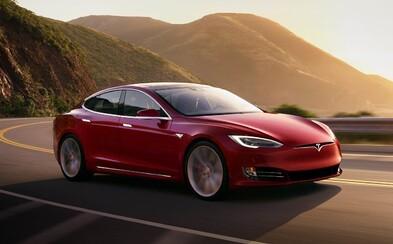 3 motory, dojezd 840 km, stovka pod 2,1 sekundy a maximálka 320 km/h. Tesla Model 3 Plaid přijde za rok