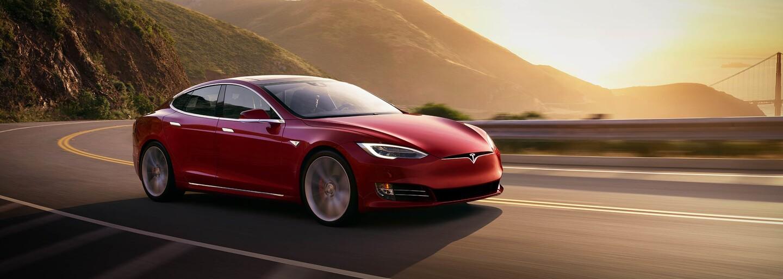 3 motory, dojezd 840 km, stovka pod 2,1 sekundy a maximálka 320 km/h. Tesla Model S Plaid přijde za rok