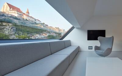 3 podlaží moderního interiérového designu, zelená střecha a výhled na dominanty Znojma, včetně hradu či známé rotundy