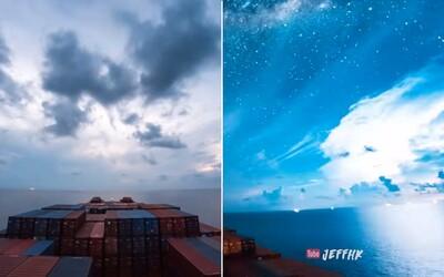 30 dní v nekonečnom oceáne. Úchvatné zýchlené video z tankeru zachytáva obrovské búrky i denné svetlo v strede noci