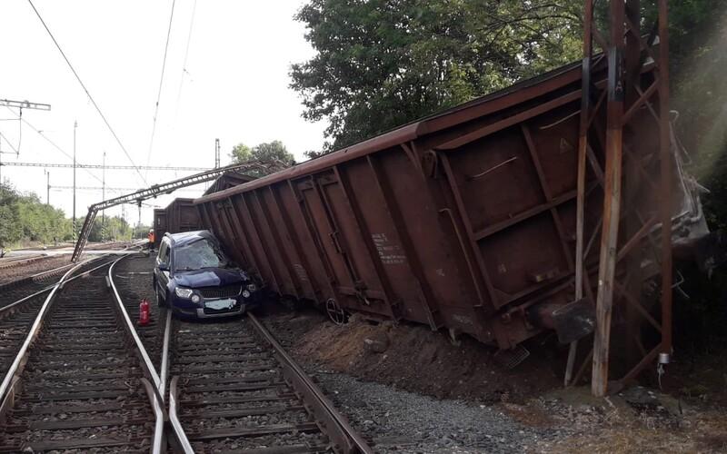 U Prahy se samovolně rozjelo 32 nákladních vagónů, které pak narazily do osobního auta. Dva lidé byli odvezeni do nemocnice.