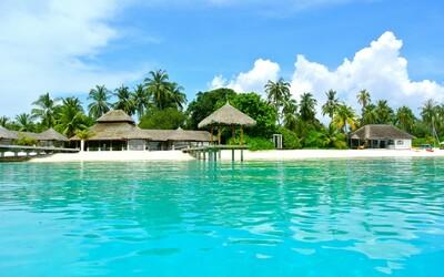 Poď k nám na dovolenku, dostaneš vakcínu. Maldivy chcú lákať turistov nezvyčajným spôsobom.