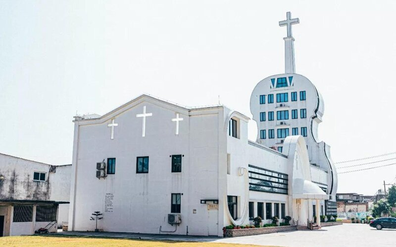 Súťaž o najškaredšiu budovu: kostol v tvare huslí alebo hotel ukrytý v matrioške ukazujú bizarnú architektúru v Číne.