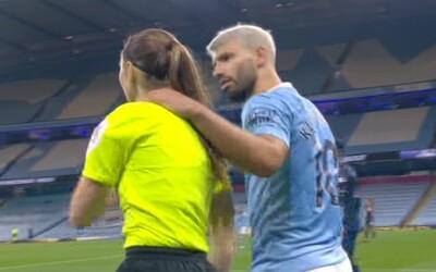 Sergio Agüero během zápasu chytil asistentku rozhodčího, na sociálních sítích si vysloužil vlnu kritiky.