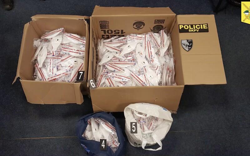Nabízeli na internetu k prodeji předražené respirátory FFP3. Čeští kriminalisté je dopadli a pomůcky předali hygienikům.
