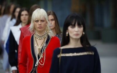 32 módnych značiek uzavrelo dohodu o znižovaní vplyvu na životné prostredie. Medzi nimi aj Chanel, H&M či adidas