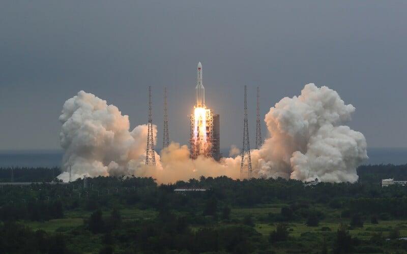 Čínská raketa, která se nekontrolovaně řítí k Zemi, spadne v průběhu tohoto víkendu. Je šance, že ohrozí Česko?